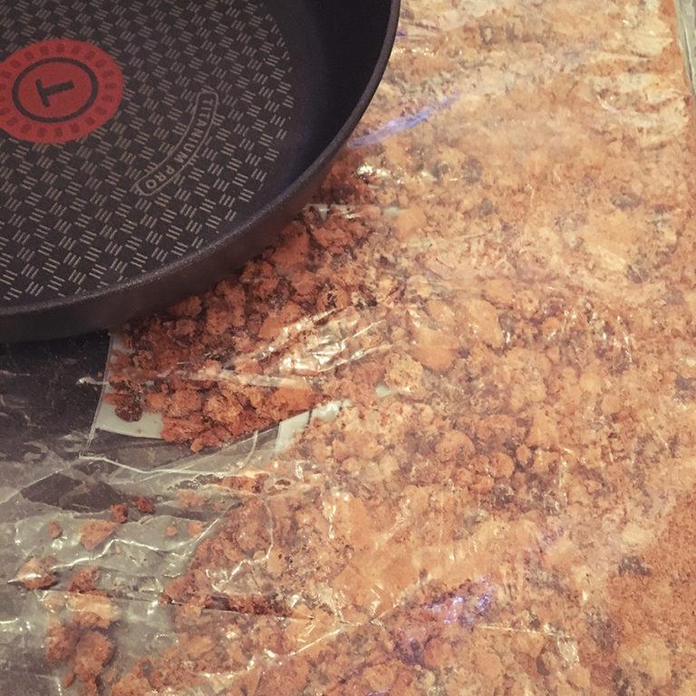 schoko cookie brösel mit pfanne zerklopft