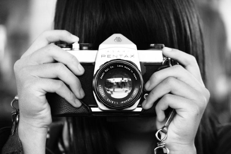 mädchen mit alter pentax analog kamera