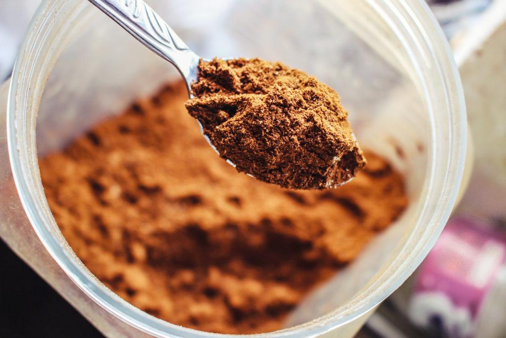 kakao im glas und auf einem löffel