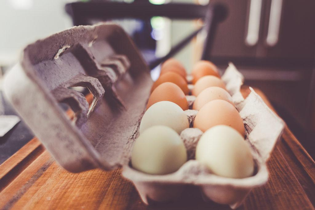 braune und weiße eier im eierkarton
