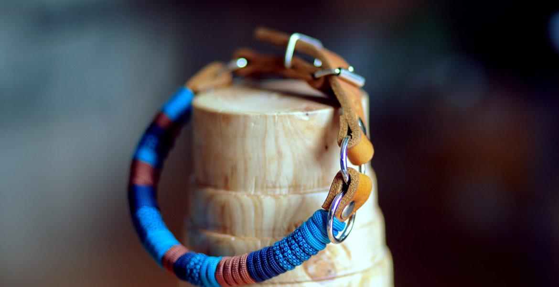 leder halsband mit paracord umwickelt in türkis und braun