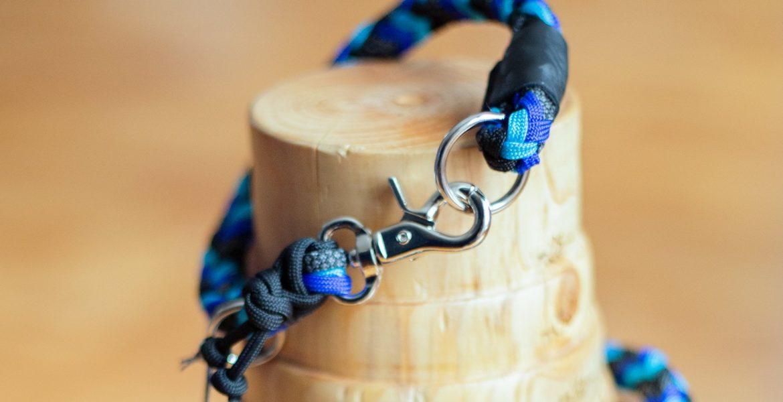 schmales hundehalsband aus paracord geflochten mit scherenkarabiner in blau