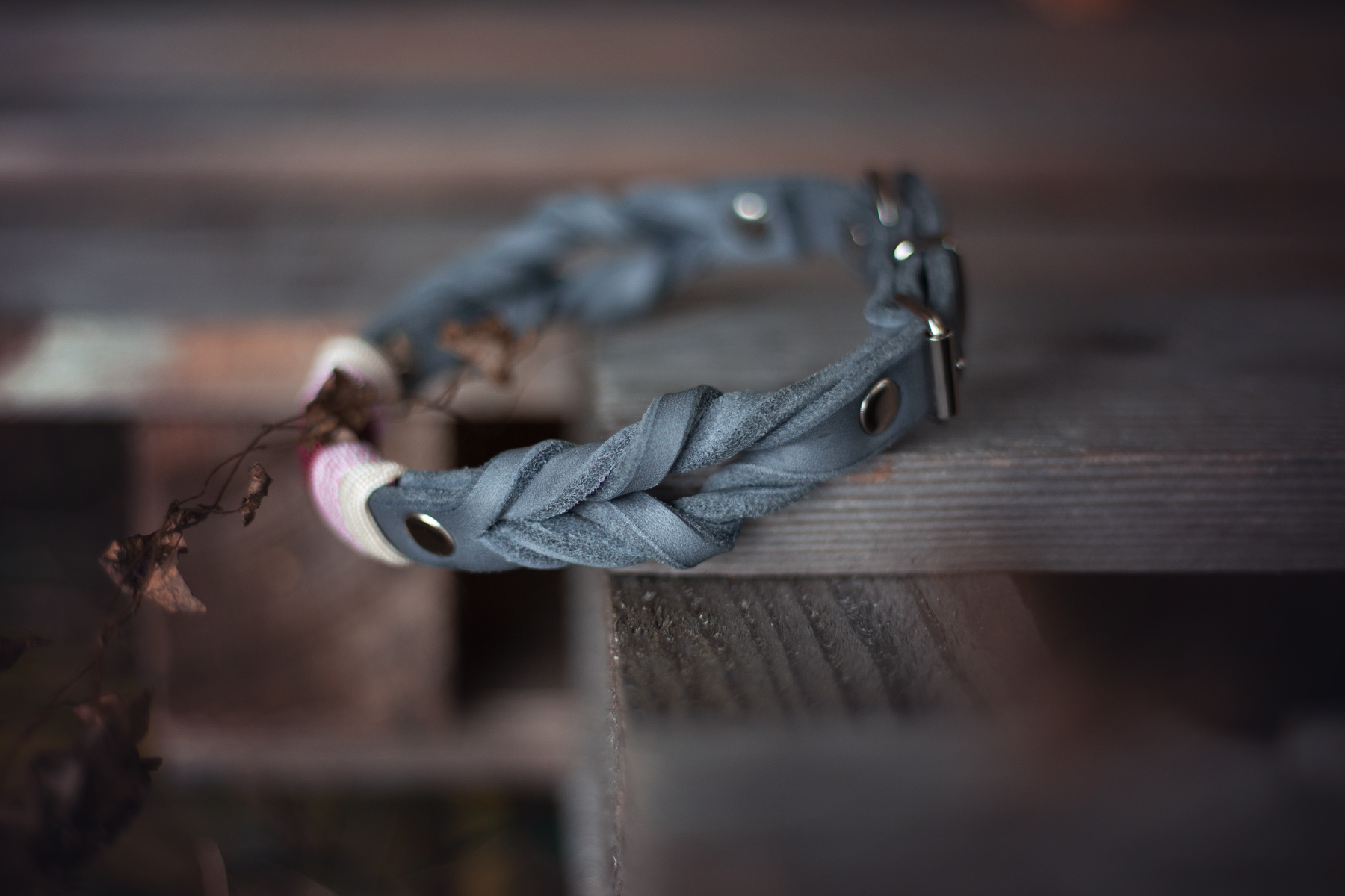 lederhalsband aus grauem leder geflochten mit schnalle und paracord