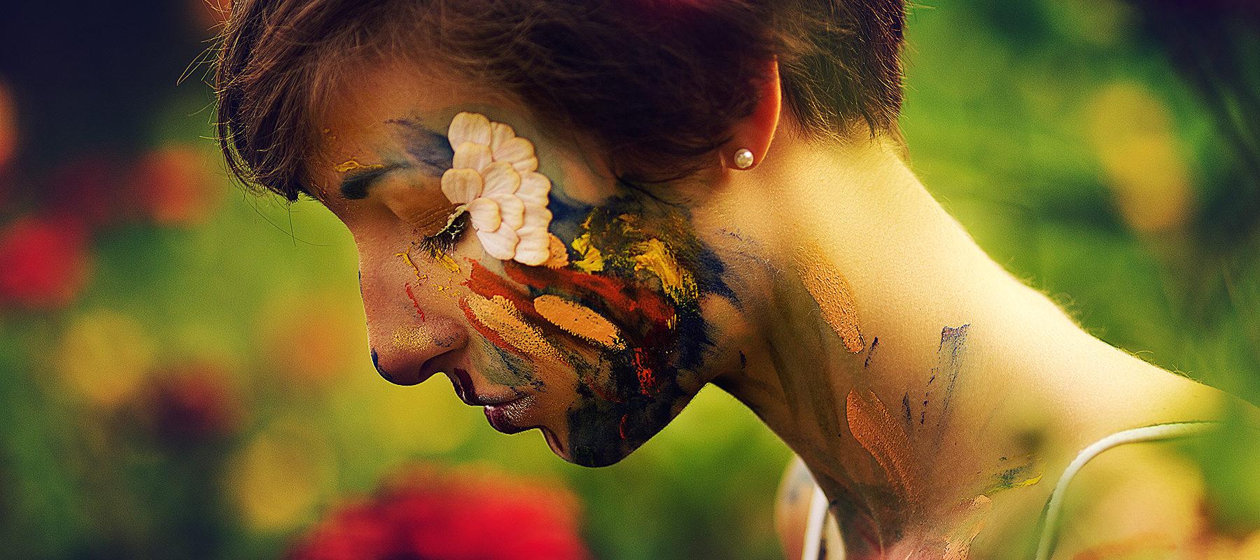 buntes make up portrait mädchen mit blumen
